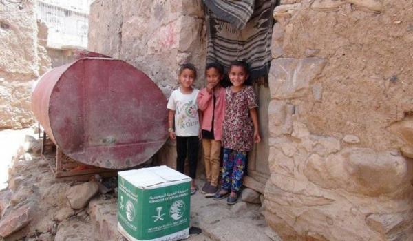 مركز الملك سلمان يوزع 1,000 سلة غذائية على النازحين والمتضررين في سناح بالضالع