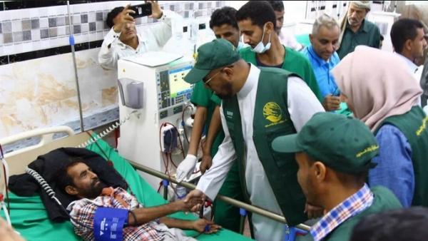 مركز الملك سلمان يسلم وزارة الصحة بعدن 7 شحنات أدوية غسيل كلوي