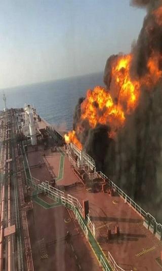 الجيش الأمريكي ينشر فيديو لقارب إيراني ينزع لغما من احدى الناقلات في بحر عمان وبريطانيا تحذر طهران