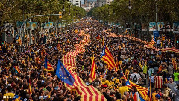 مئات الاشخاص في مدريد يؤيدون حق سكان كاتالونيا في تقرير مصيرهم