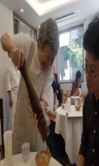 مطعم ياباني يشغل كبار السن المصابين بالزهايمر.. كيف ينظر لهم الزبائن؟