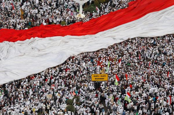 بالصور-إندونيسيا: عشرات الآلاف يتظاهرون ضد حاكم جاكرتا ويتهمونه بإهانة القرآن