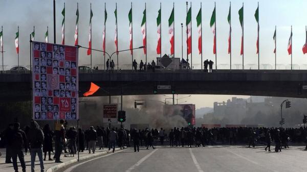 وجهت إيران أموالها لاحتواء الغضب في لبنان والعراق فاندلعت انتفاضة عارمة في عقر دارها