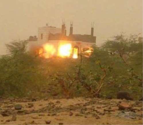 مليشيا الحوثي تفجر منزلين بتعز