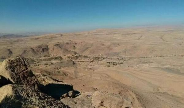 """مدفعية الحوثي تستهدف مخيماً للنازحين بـ""""نهم"""""""