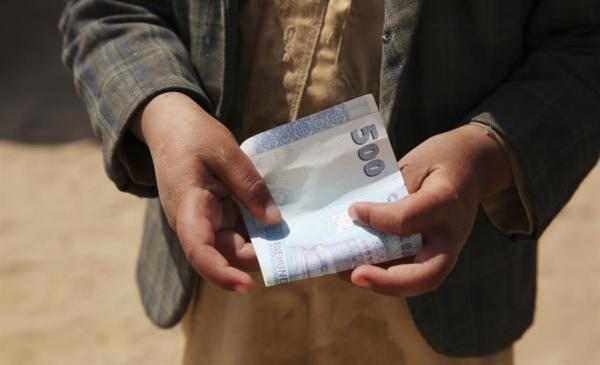"""تقرير- مالية الحوثي.. مخاض عسير بـ""""نصف راتب"""""""