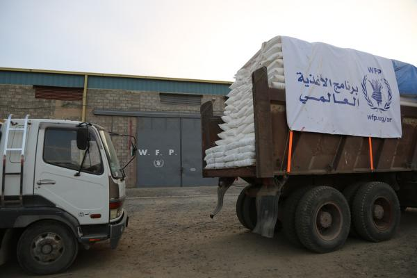 """الغذاء العالمي: """"المليشيات"""" تقتحم مخزناً للبرنامج في حجة وتسرق 127.5 طناً من المساعدات"""