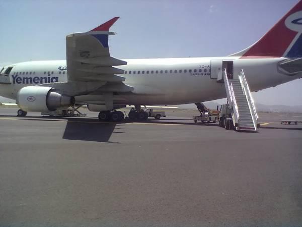 الحوثيون يصعدون إلى داخل الطائرات بمطار صنعاء ويفتشون غرف القيادة