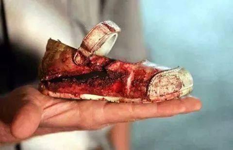 حذاء احدى الطالبات ضحايا تفجير إرهابي استهدف
