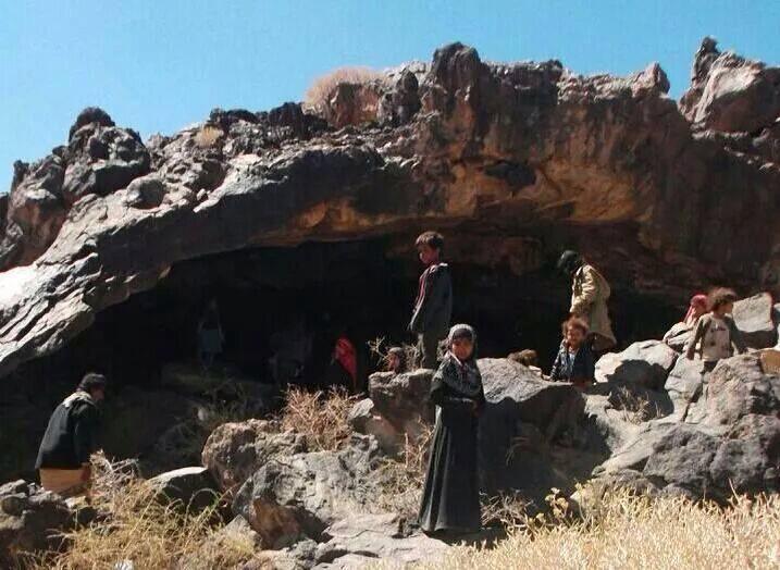 الحرب أجبرت الأهالي على النزوح إلى الكهوف بدل المنازل في احدى مناطق اليمن