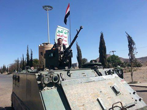 أحد الحوثيين يعتلي آلية عسكرية أمام دار الرئاسة اليمنية بصنعاء