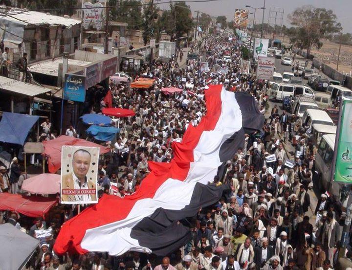 متظاهرون يمنيون مناوئون للحوثيين، بمدينة ذمار، رفعوا صور الصحفي المسجون سام الغباري، الخميس 12 مارس/ آذار 2015