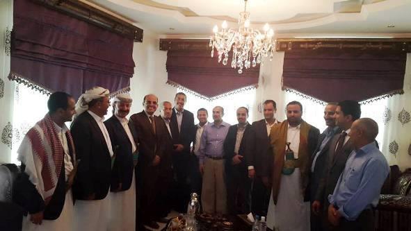 الصورة يوم الاثنين 16مارس 2015 في منزل رئيس الوزراء اليمني خالد بحاح بعد رفع الإقامة الجبرية عنه بوساطة قادها أمين العاصمة عبدالقادر هلال لدى الحوثيين