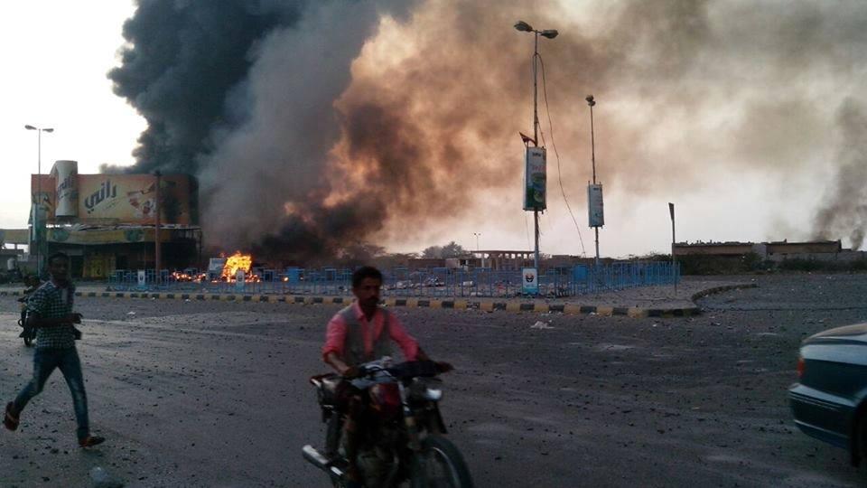 أهداف مدنية، يستهدفها طيران العدوان السعودي... الصورة من منطقة كيلو 16 محافظة الحديدة غرب اليمن، يوم السبت 23 مايو آيار 2015