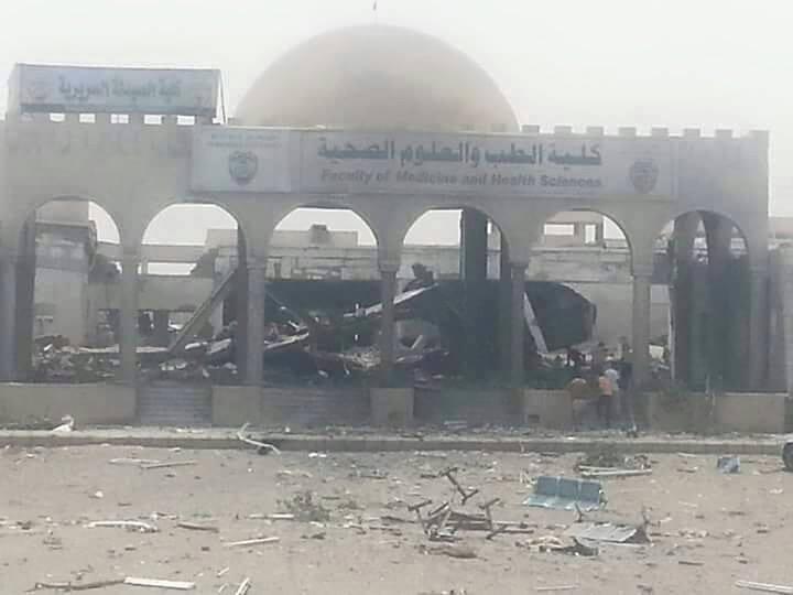 مبنى كلية الطب والعلوم الصحية، المنشأ حديثا، والتابع لجامعة الحديدة، غرب اليمن، بعد استهدافه بغارات جوية لطيران العدوان السعودي يوم الأربعاء 27 مايو آيار 2015.