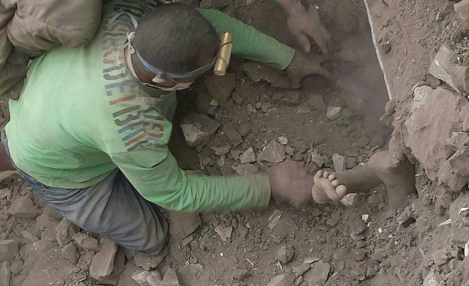 طفل يمني يبحث عن أخيه تحت الركام والأنقاض الذي انهال عليهم جراء قصف طائرات التحالف لمنزلهم بصنعاء، الجمعة 18 سبتمبر أيلول 2015