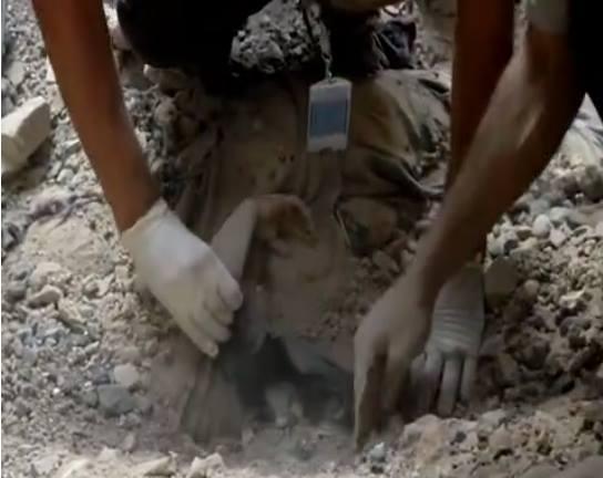 طفل يمني تحت أنقاض منزلهم الذي دمرته طائرات التحالف بحي الحصبة بالعاصمة صنعاء، الاثنين 21 سبتمبر/ أيلول 2015