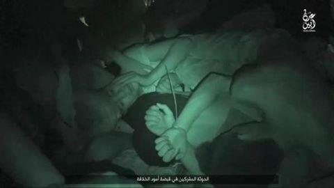 صورة بثها -ضمن ألبوم مصور- تنظيم الدولة - ولاية عدن، لأسرى مكبلين في طريقهم إلى التصفية