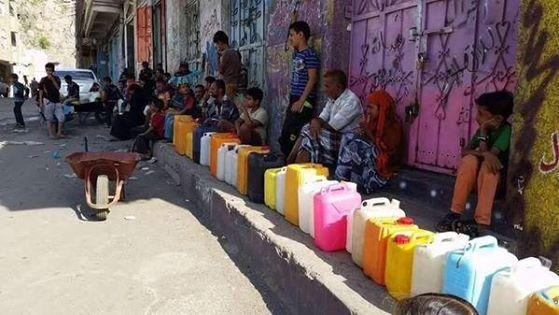 مواطنون بمدينة تعز اليمنية في طوابير على أمل الحصول على الماء جراء الحصار على الوقود من قبل التحالف السعودي