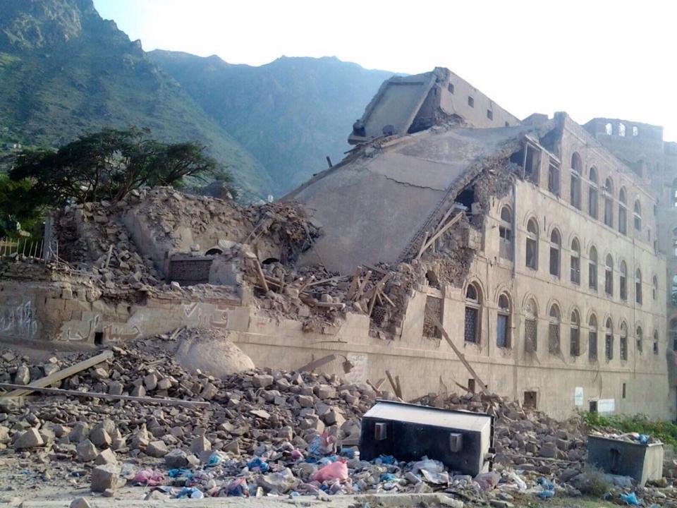 قصر صالة بتعز بعد تعرضه للقصف الخميس 22 اكتوبر 2015