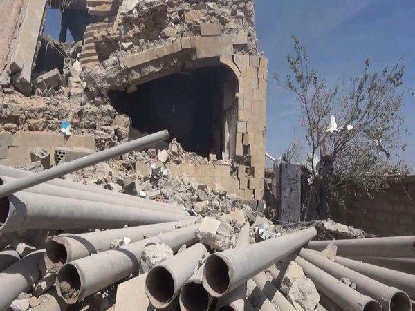 جانب من الدمار الذي خلفته طائرات التحالف بعد استهدافها للمجمع الحكومي التابع لمديرية شبام كوكبان بالمحويت الثلاثاء 27 اكتوبر 2015